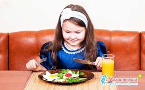 На фото правильный завтрак у девочки